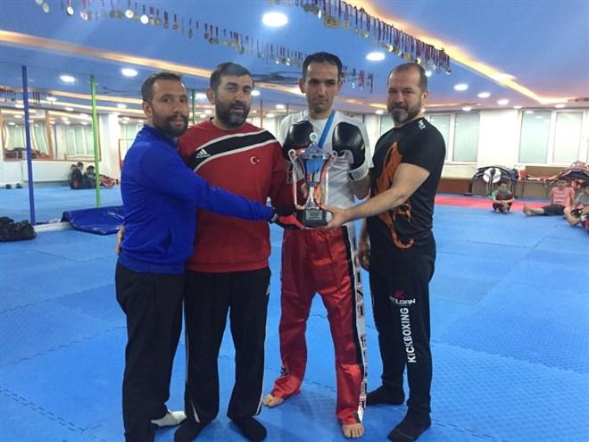 Ayakkabı tamircisi kick boks Avrupa şampiyonu oldu
