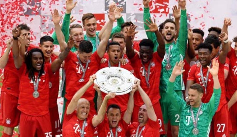 Bayernli bir futbolcu yeni sevgilisi ile şampiyonluk kutlamalarında