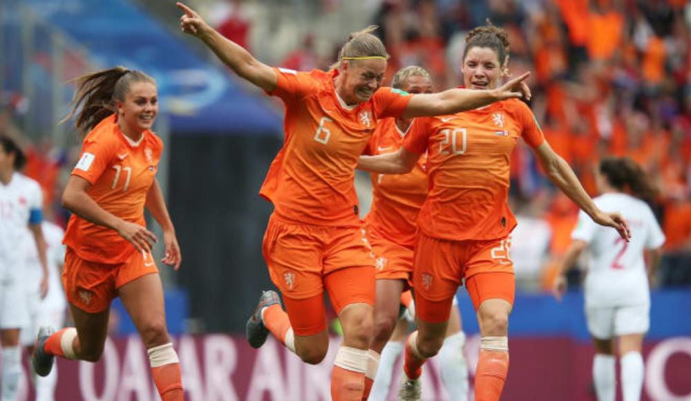 Hollanda, Kanayı iki golle geçti