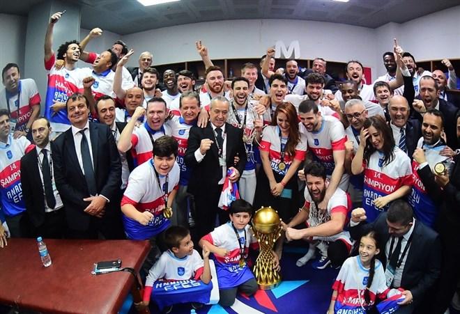 Anadolu Efes'in şampiyonluk sevinci soyunma odasına taşındı