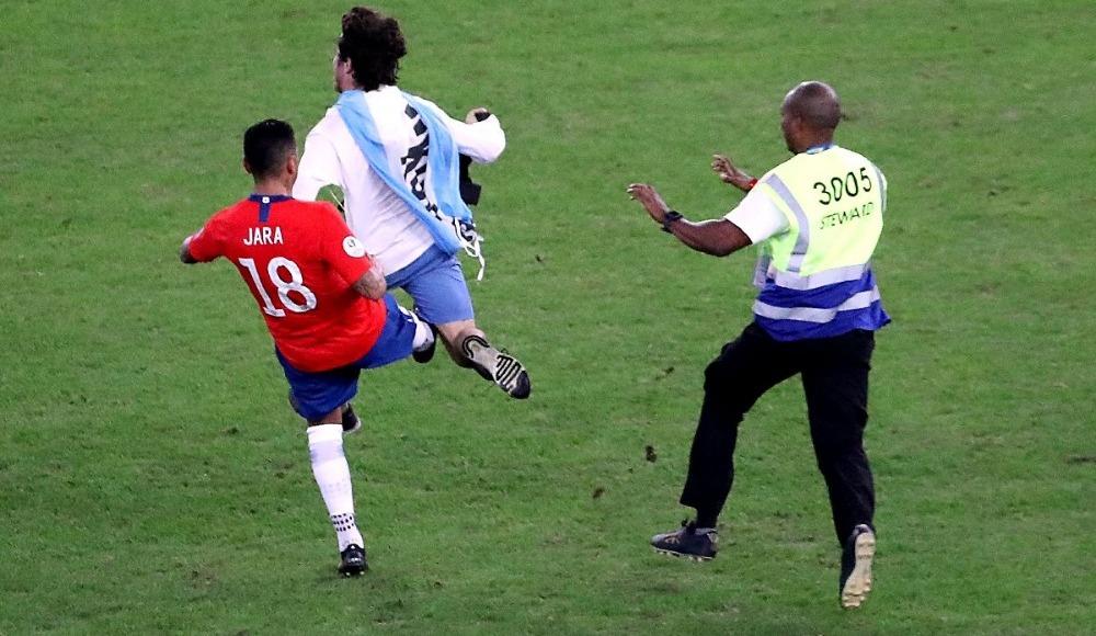 Gonzalo Jara sahaya giren seyirciye acımadı!