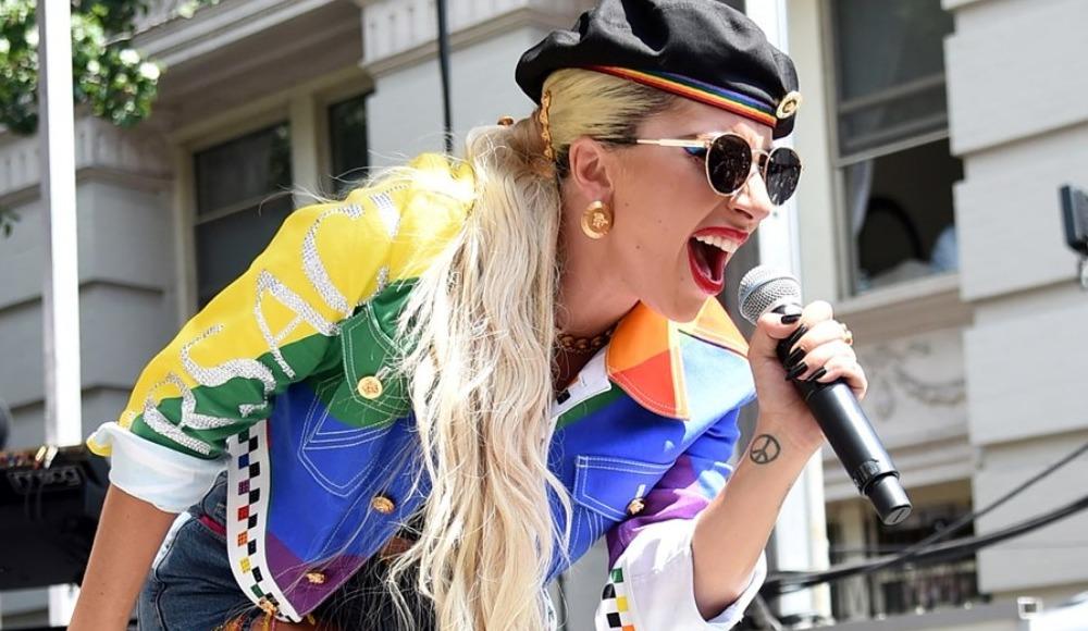 Lady Gaga Onur Yürüyüşü'nde hayranlarını coşturdu