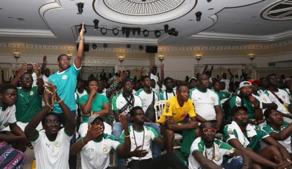 Senegalliler maçı düğün salonunda izledi