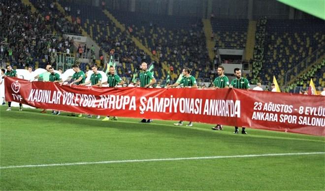 Galatasaray ve Akhisarspor'dan Filenin Sultanlarına pankartlı destek