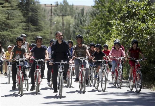 Bakan Kasapoğlu gençlerle birlikte bisiklet sürdü