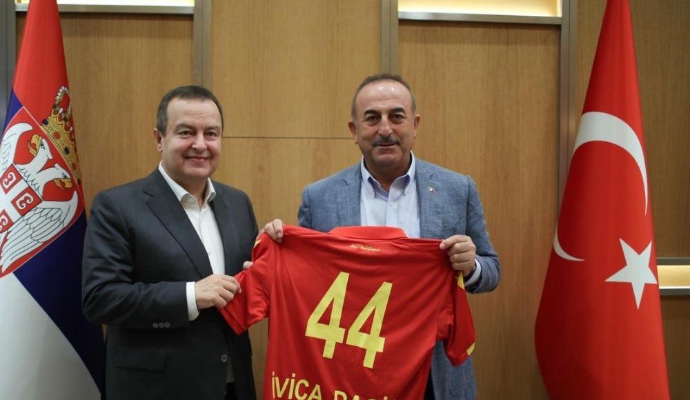 Çavuşoğlu'ndan Sırbistan Dışişleri Bakanı Dacic'e Yeni Malatyaspor forması