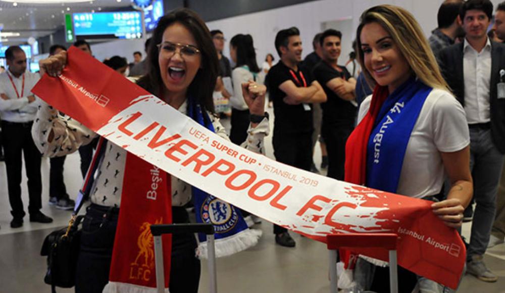 Liverpoollu futbolcuların aileleri, bando ekibiyle karşılandı