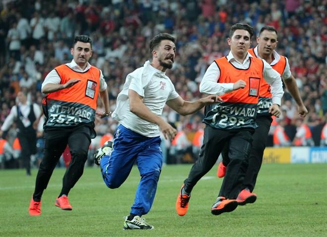 UEFA Süper Kupa maçında sahaya taraftar girdi