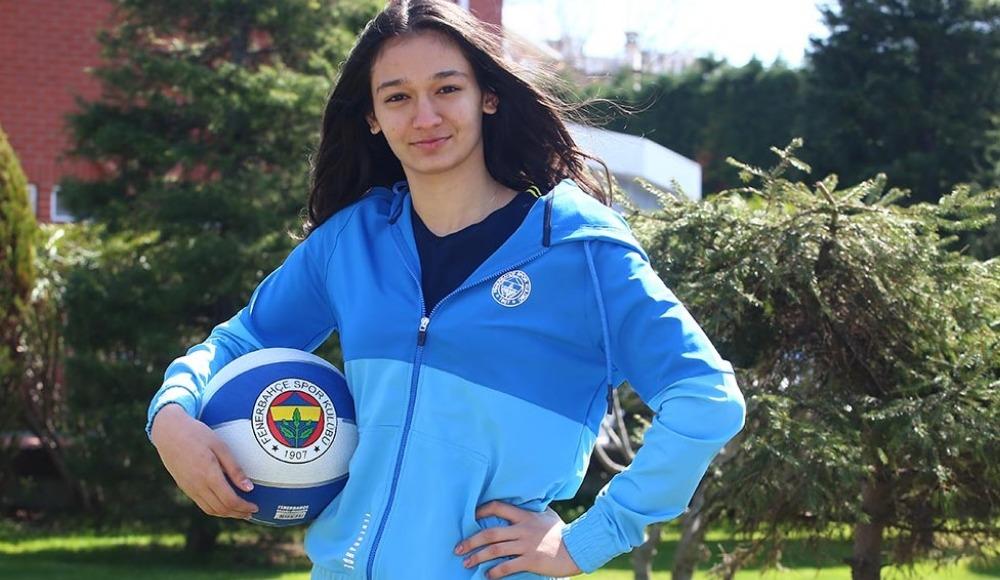 Fenerbahçe'de İdil Saçalır'la profesyonel sözleşmeye yapıldı