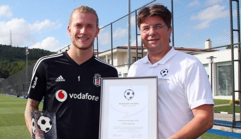 """2018'in """"Almanya Futbol Elçisi"""" seçilen Beşiktaş'ın Alman kalecisi Loris Karius, ödülünü aldı"""