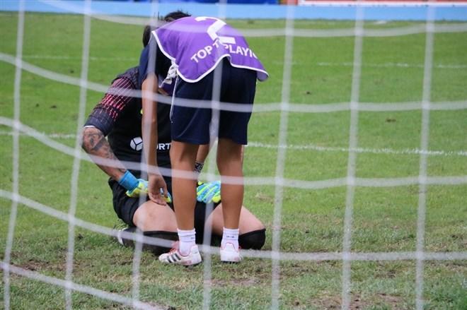 Kaleciyi top toplayıcı çocuk teselli etti
