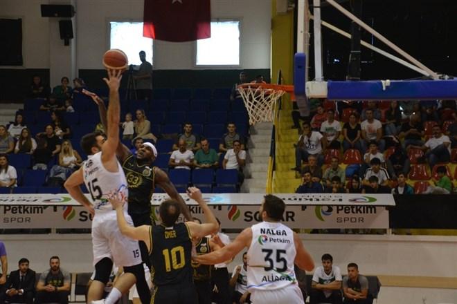 Petkimspor, evinde Akhisar Belediye'yi 75–72'lik skorla mağlup etti