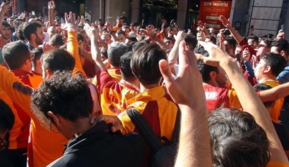 Galatasaray taraftarları Taksim'de toplandı