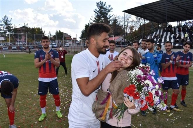 Futbolcudan kız arkadaşına maç öncesi sahada evlilik teklifi