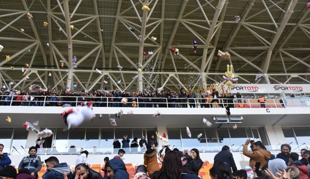 Yeni Malatyaspor maçında çocuklara oyuncak dağıtıldı