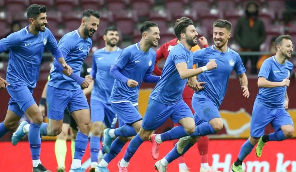Tuzlasporlu futbolcular galibiyeti kutladı