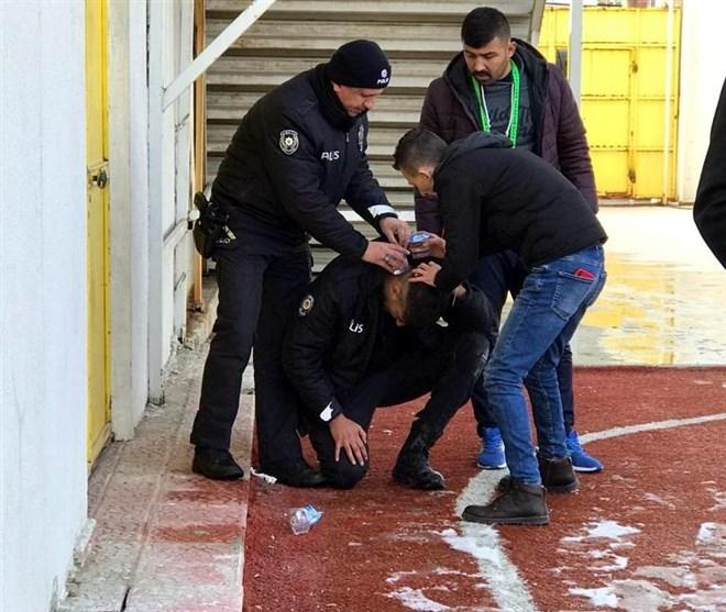 Kütahya'da olaylı maç, bir polis memuru başından yaralandı!