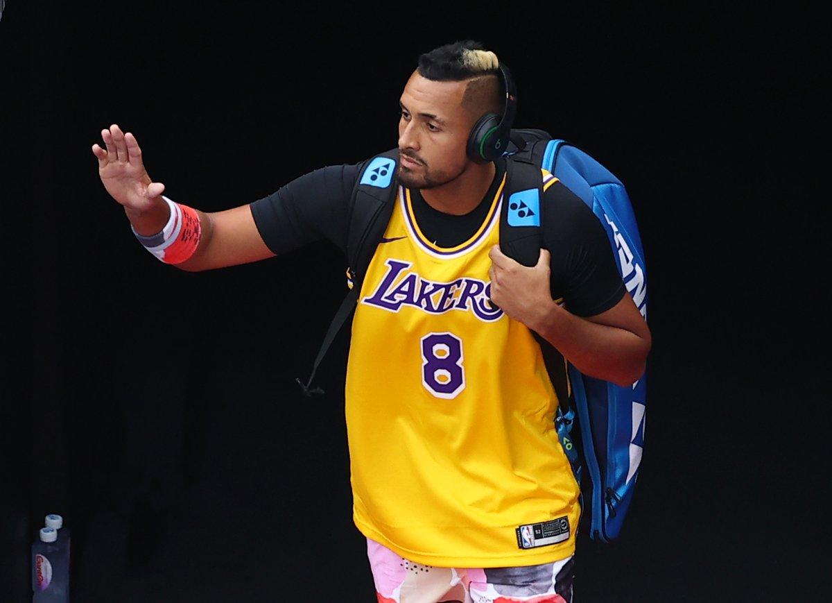 Nick Kyrgios, Kobe Bryant formasıyla ısınırken