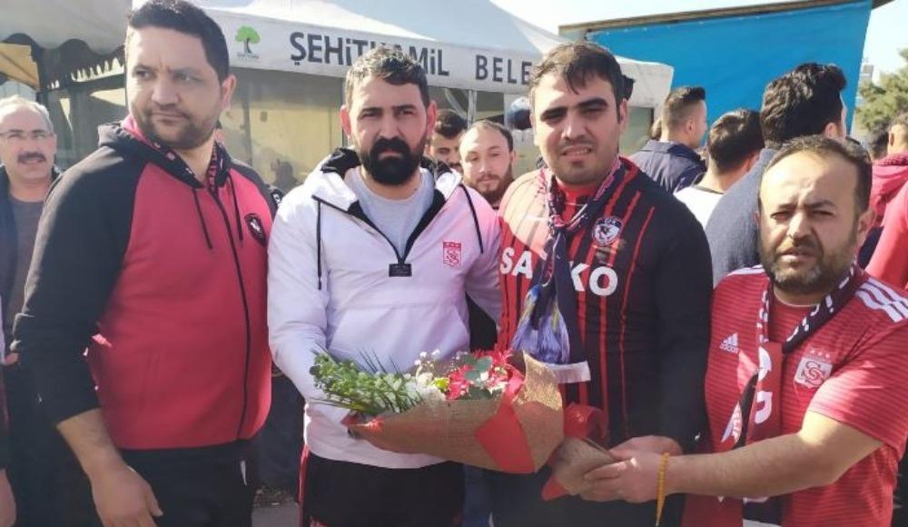 Gaziantep FK taraftarlarından rakibe çiçekli karşılama