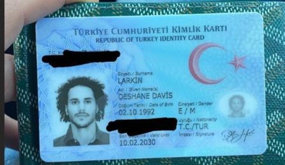 Larkin, kimliğini aldı