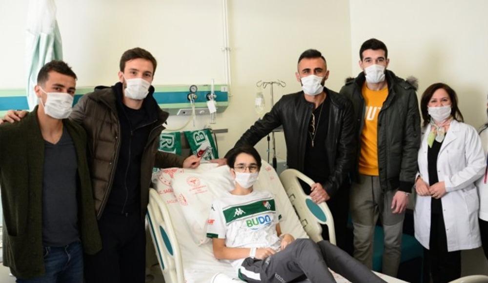 Bursasporlu futbolcular Batuhan'ın yüzünü güldürdü