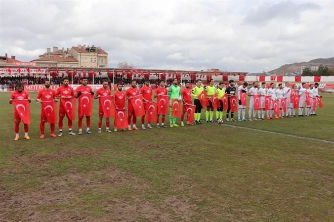 Futbolcular ve hakemler maça Türk bayraklarıyla çıktı