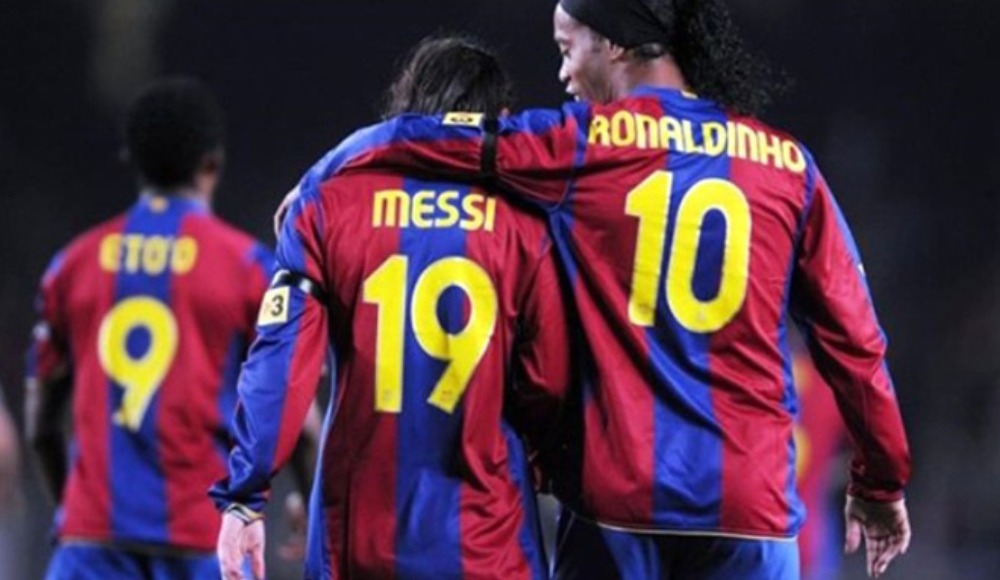 Lionel Messi, Ronaldinho'ya yardım ediyor!