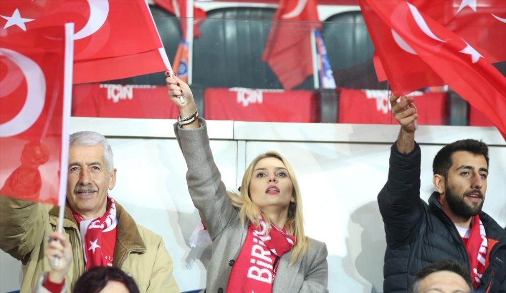 Başakşehir - Kopenhag maçında tribünler kırmızı beyaz!