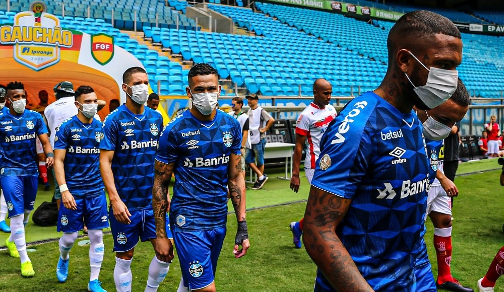 Koronavirüs protestosu! Sahaya maskeyle çıktılar...