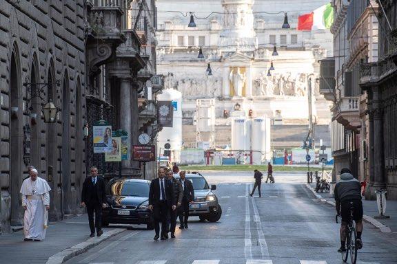 Papa boş sokaklarda!