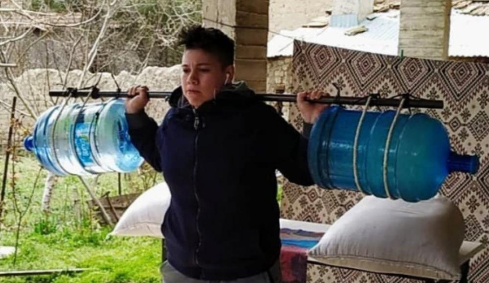 Damacanadan yaptığı halter barlarıyla çalışıyor... (Video)
