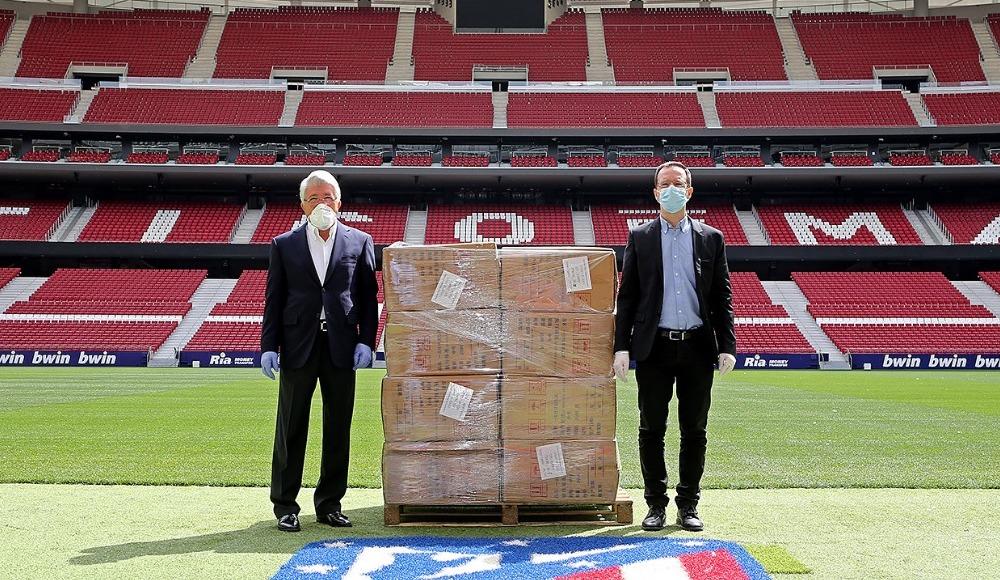 Atletico Madrid bölge sakinlerine maske bağışladı