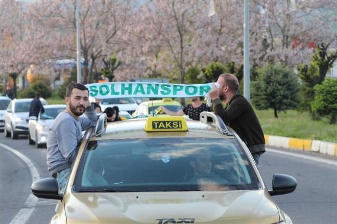 Solhanspor Efeler Ligine yükseldi, kutlama koronavirüs tedbirlerine göre yapıldı