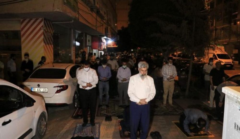 Alparslan Kuytul ve Furkan Vakfı'ndan namaz protestosu