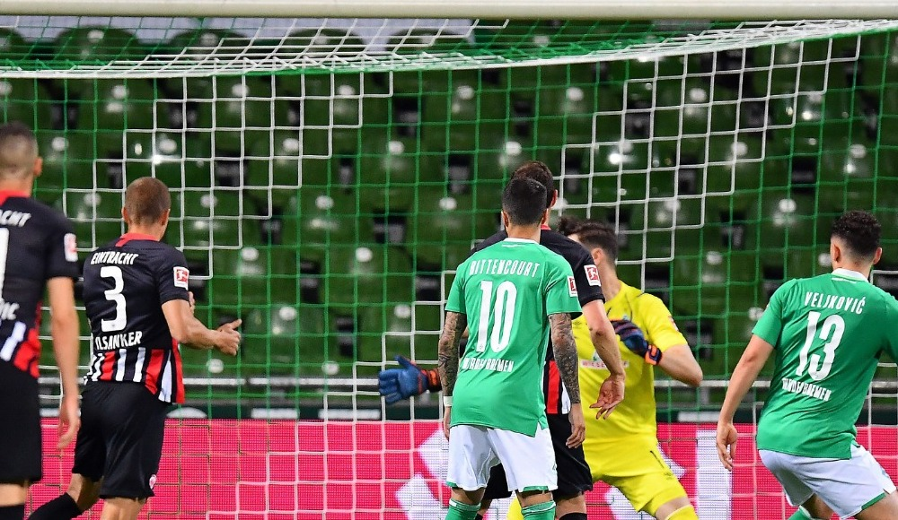 Frankfurt Werder Bremen'i ateş hattında bıraktı