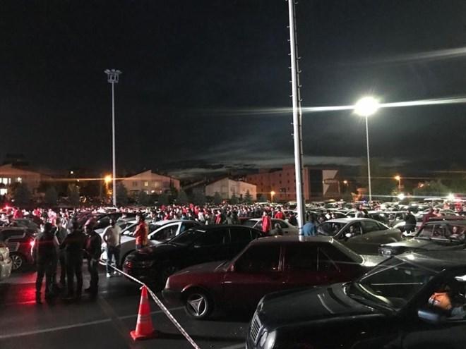 Kayserisporlu vatandaşlar araçlarında maçı izlemenin keyfini çıkardı