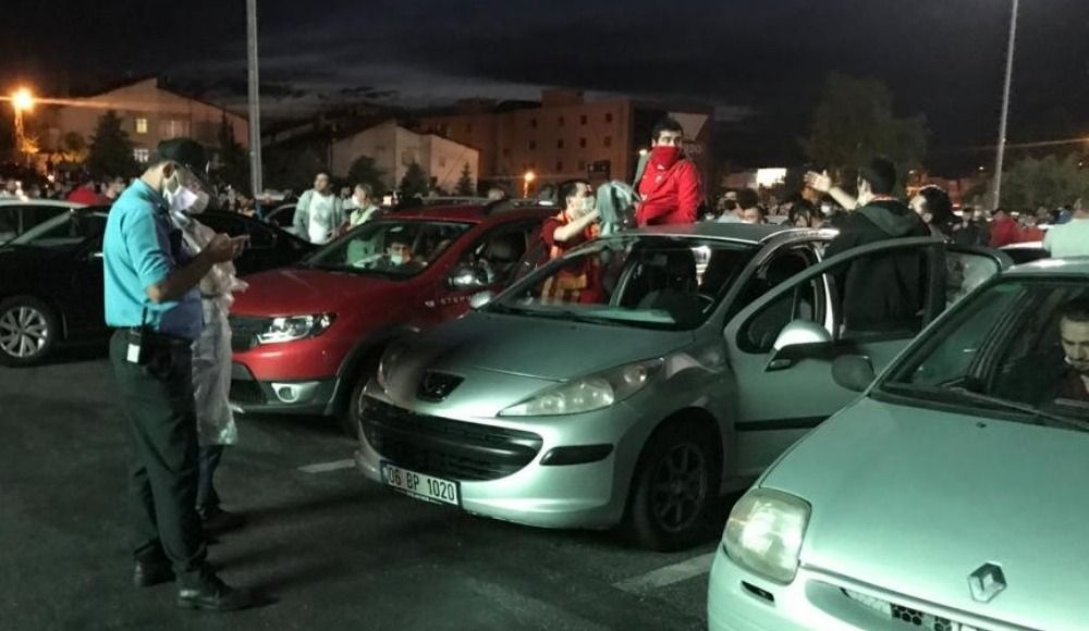 Maçı araçlarında izlediler