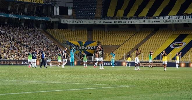 Fenerbahçeli futbolcular maç sonu tribünleri alkışladı