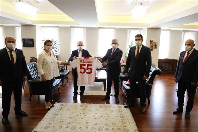 Samsunspor kafilesinden Vali Dağlı'ya 55 numaralı forma hediyesi