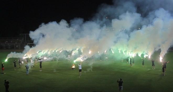 Futbolcular, TFF'nin alt liglerle ilgili kararını sahada meşale yakarak kutladı