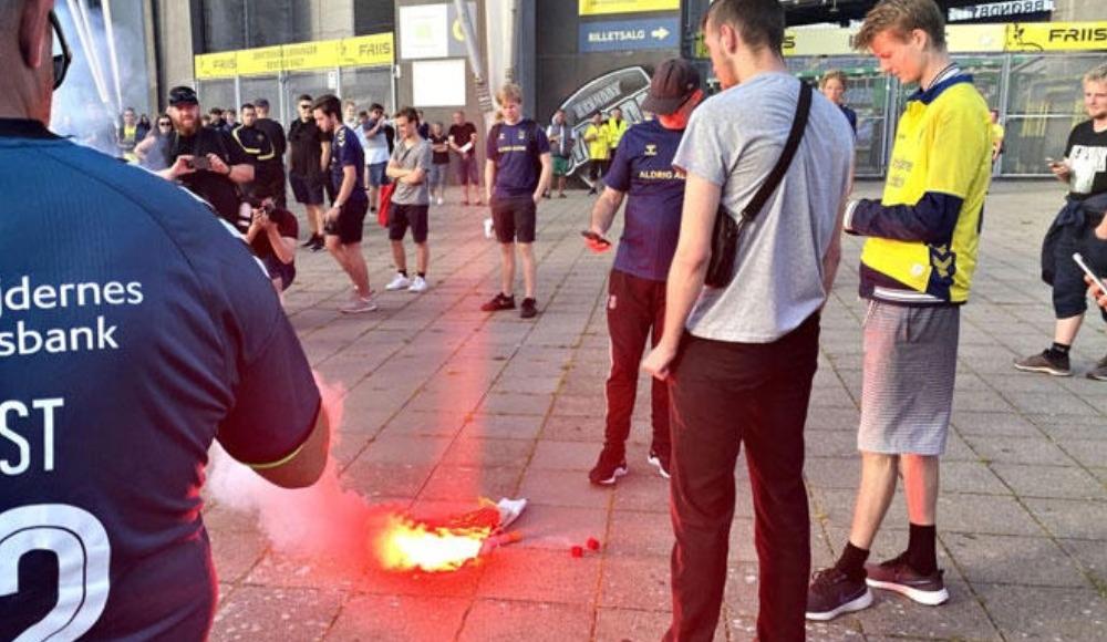 Kamil Wilczek'in formasını cadde üzerinde ateşe verdiler!