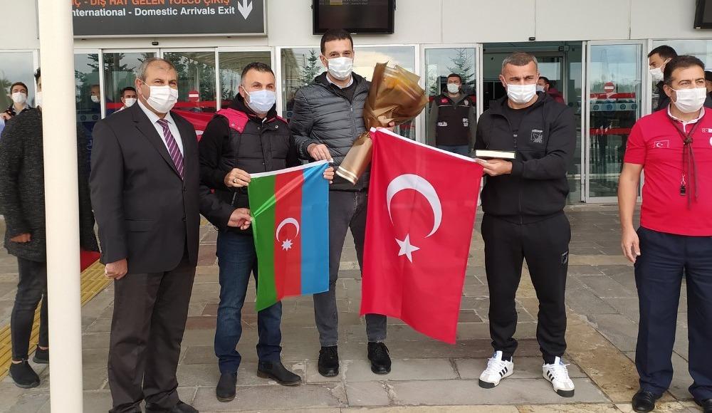 """Azerbaycan temsilcisi Karabağ, Sivas'ta """"Çırpınırdı Karadeniz"""" şarkısıyla karşılandı"""