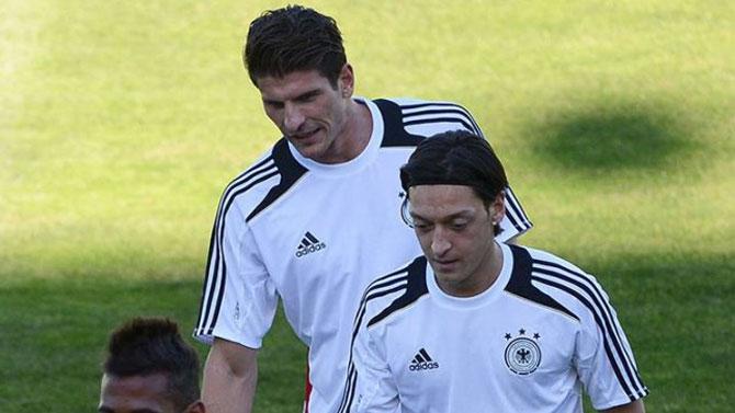 Almanya Milli Takımı'ndan Mesut Özil geçti!