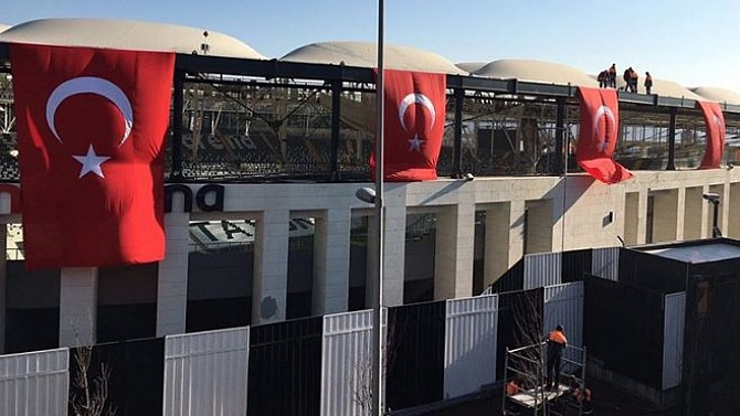 Vodafone Arena'ya Ay-Yıldızlı bayraklar asıldı