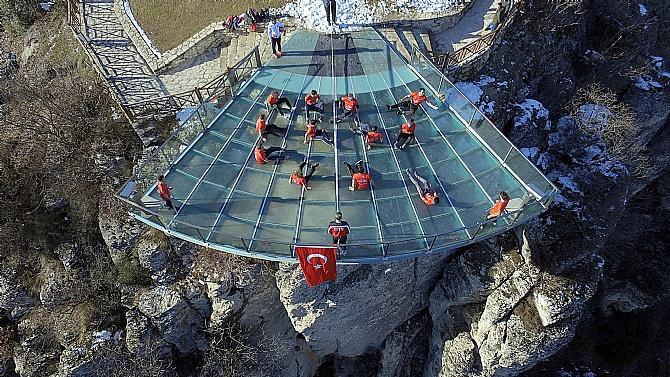 Kanyon üzerindeki cam terasta voleybol heyecanı