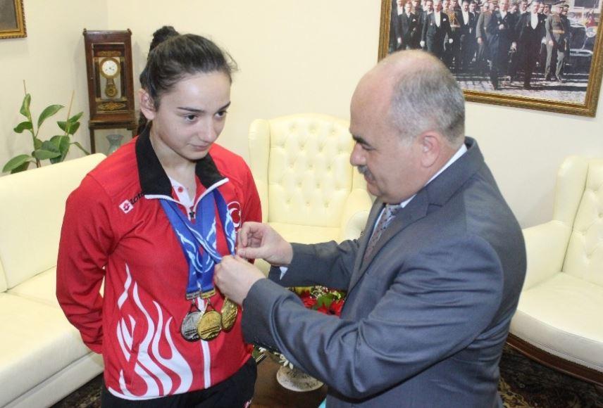 Vali, dünya şampiyonuna altın taktı!