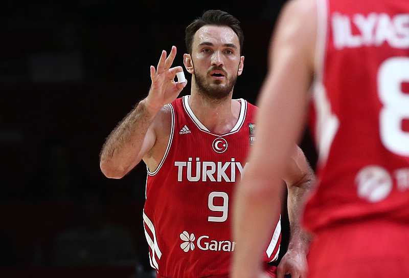 Türkiye-Letonya maçının ilk yarısında Semih Erden sakatlandı! Hastaneye...