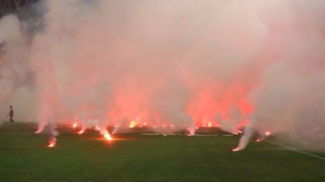 Süper Kupa'da çirkin görüntü! Sahaya yağdırıldı!