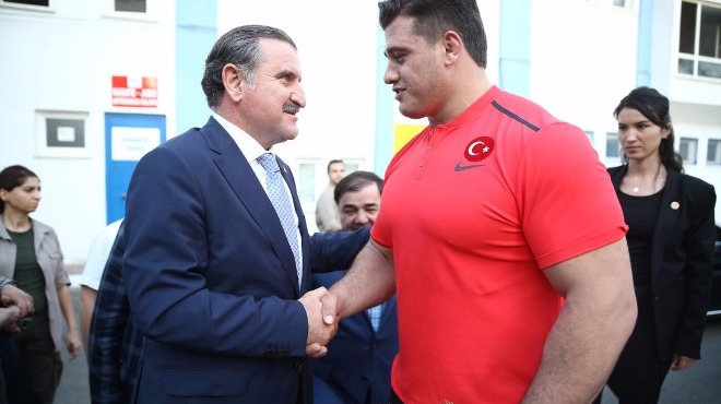 Osman Aşkın Bak'tan milli güreşçilere kutlama