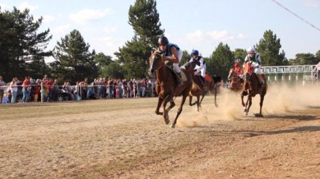 Atatürk ve İstiklal Kupası At Yarışları düzenlendi